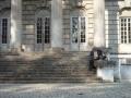 Przed portykiem kolumnowym pustego i zamkniętego pałacu w Młochowie