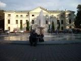 Przy pałacowej fontannie